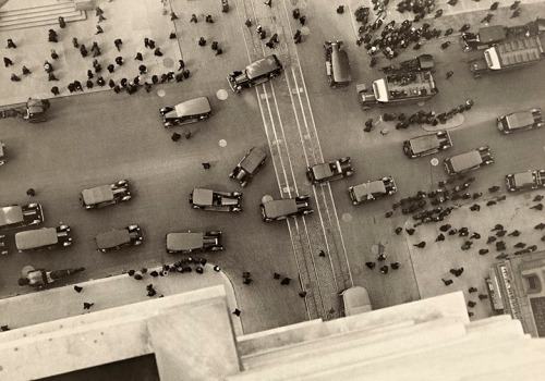 A view of the intersection at 5th Avenue and 42nd Street